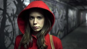 Laia Costa, como Caperucita, en la serie 'Cuéntame un cuento'.