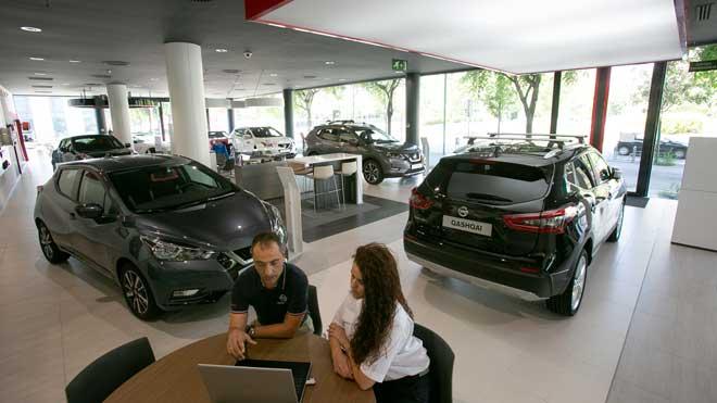 Las ventas de automóviles bajan un 21% en octubre. En la foto, un concesionario de coches en Barcelona.