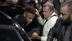 Llegada de Neymar a la comisaría de Río de Janeiro, el 6 de junio.