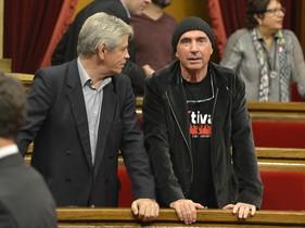 Lluís Llach junto al presidente de Súmate,Eduardo Reyes, en el pleno de ruptura.
