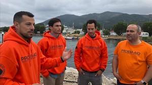 Los bomberos sevillanos, Manuel Blanco,Julio Latorre y Quique Rodriguez,junto al presidente de Proem-Aid,Jose Antonio Reina, hoy en Lesbos.