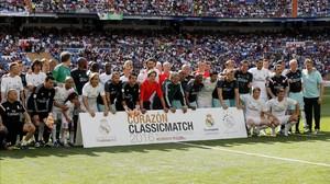Los jugadores del Madrid y del Ajax posan unidos antes del encuentro en el Bernabéu.