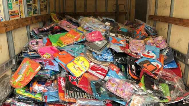Los Mossos detienen a un ladrón con 5.000 mochilas escolares.