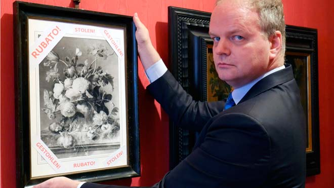 Los Uffizi reclaman un cuadro robado por los nazis y cuelgan una copia en blanco y negro.