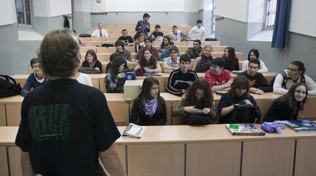 Clase en la Facultad de Matemáticas de la Universitat de Barcelona.