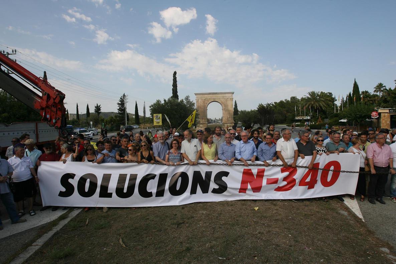 Vecinos de varias localidades de Tarragona y de las Terresde l'Ebrecortan la N-340 contra la circulación de camiones y vehículos pesados por esta vía, en julio del 2016.