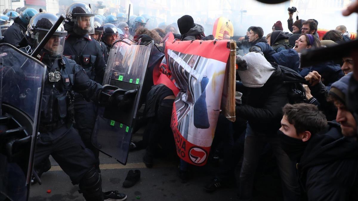 Manifestantes de asociaciones antiracistas y antifascistas chocan con la policía durante una marcha contra el mitin del movimiento ultra Casa Pound, en Milán, el 24 de febrero.