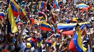 Manifestantes venezolanos toman las calles de Caracas para protestar contra el Gobierno de Maduro, este miércoles.