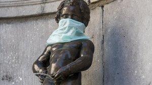 El Manneken Pis, uno de los símbolos belgas, con mascarilla estos días.