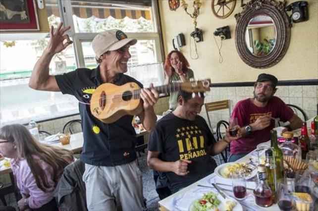 Manu Chao, en el bar Ramón del barrio de Sant Cosme de El Prat de Llobregat.