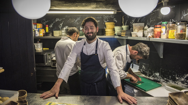 Manu Núñez, en la diminuta cocina del Arume, de donde salen filigranas.