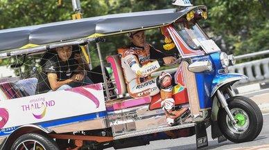 Márquez provoca el delirio al llegar a Bangkok