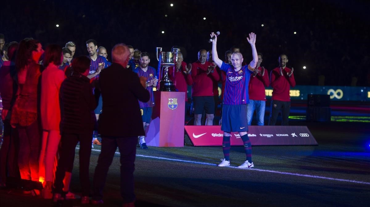 Iniesta se despide del Camp Nou entre jugadores y familiares tras el partido de Liga entre el FC Barcelona y la Real Sociedad.