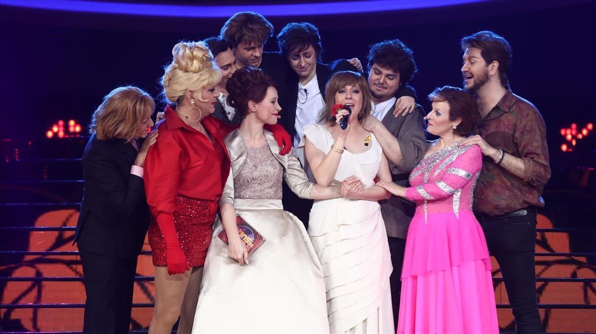 La cantante María Villalón, ganadora de la séptima edición de'Tu cara me suena' (Antena 3), en el plató, rodeada de sus compañeros.
