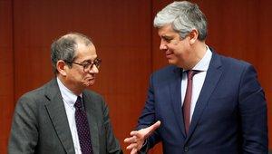 El ministro de Economía de Italia, Giovanni Tria, y el presidente del Eurogrupo, Màrio Centeno, durante una reunión en Bruselas.