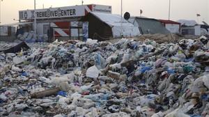 Aspecto de la playa llena de basura de la localidad costera deZouq Mosbeh, al norte de Beirut.