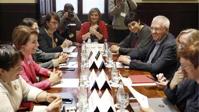 Mesa de partidos y entidades sociales para preparar una ley catalana de eutanasia y suicidio asistido.