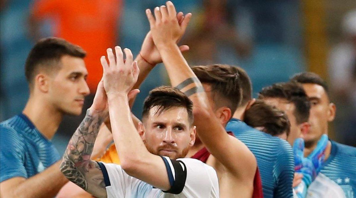 Messi aplaude a la hinchada argentina tras la victoria sobre Qatar en Porto Alegre.