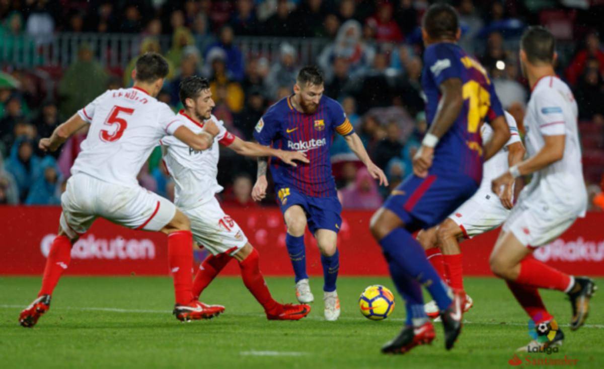 Messi encara a los defensas del Sevillaen un partido de la temporada pasada.