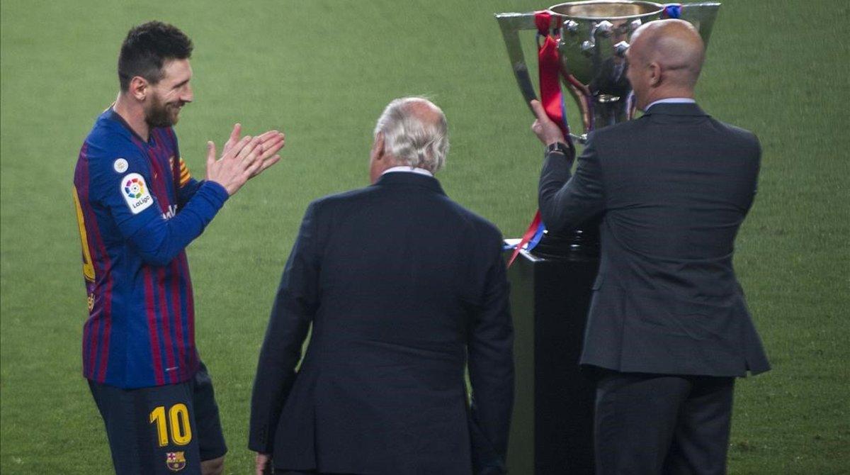 Messi se frota las manos antes de recibir el trofeo de campeón de la actual Liga de manos de Luis Rubiales, presidente de la RFEF.