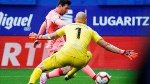 Messi le gana el mano a mano al portero del Eibar.