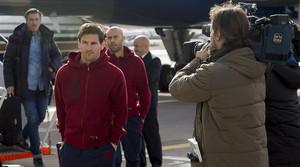 Messi, seguido de Mascherano, tras bajar del avión en el aeropuerto de Manchester.