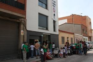 Miembros de la Plataforma de Afectados por la Hipoteca, a las puertas del edificio ocupado.
