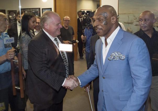Mike Tyson, con el alcalde de Toronto, Rob Ford, el pasado martes.