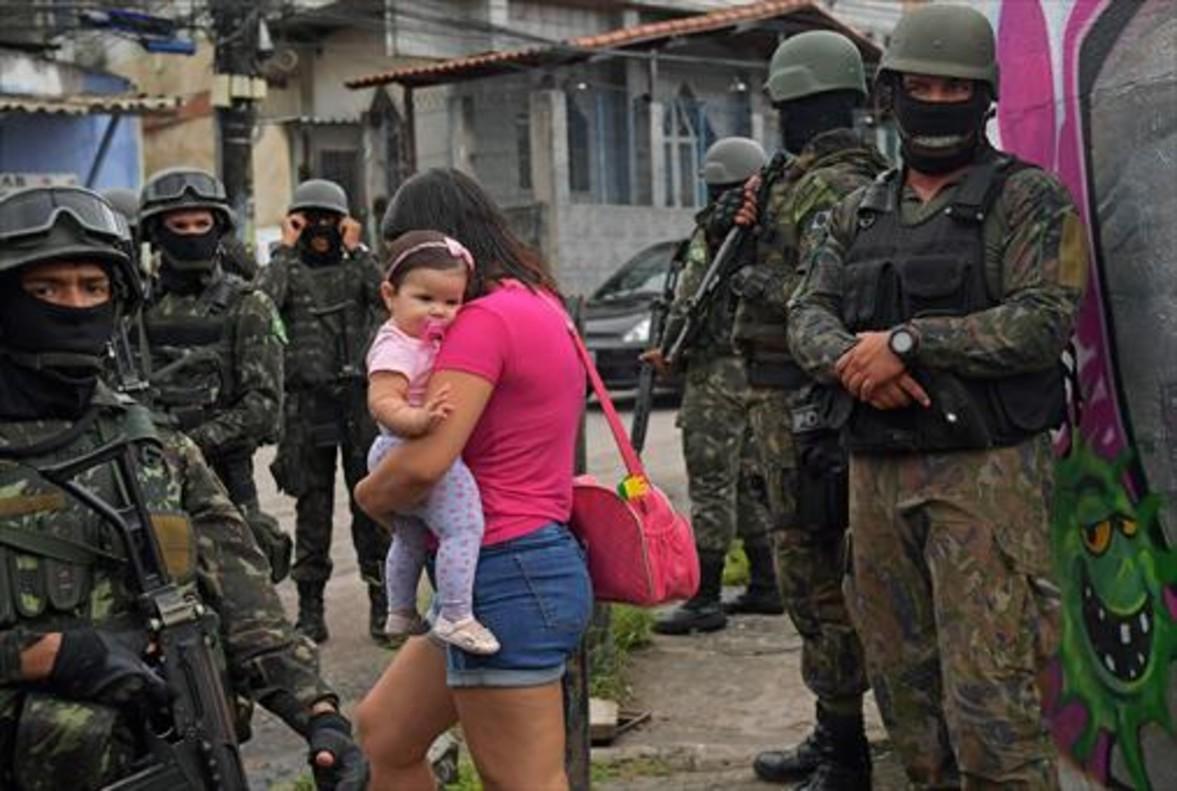 Militarización 8Patrulla militar en Vila Kennedy, una favela de Río de Janeiro, el pasado viernes.