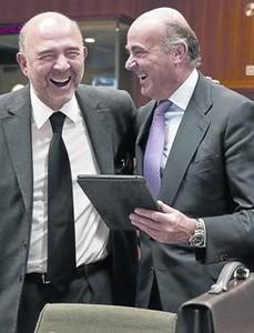 Moscovici, a l'esquerra, i Guindos fan broma abans de la reunió de l'Ecofin.