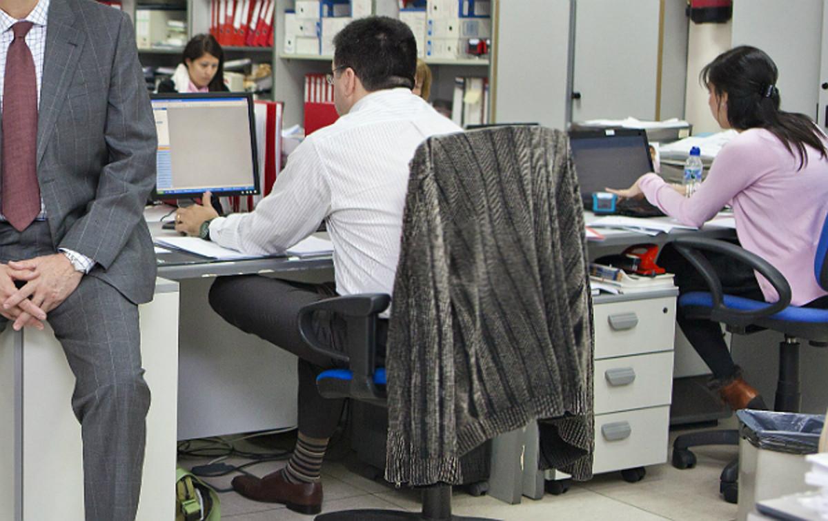 Mujeres y hombres en una oficina.