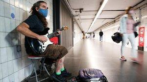 El músico Félix Egea, actuandoen el túnel de la estación de metro de Clot que conecta con la estación de Renfe.