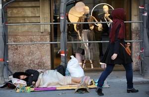 Ola de frío y pobreza 8Un hombre duerme en la calle, en pleno paseo de Gràcia, ayer.
