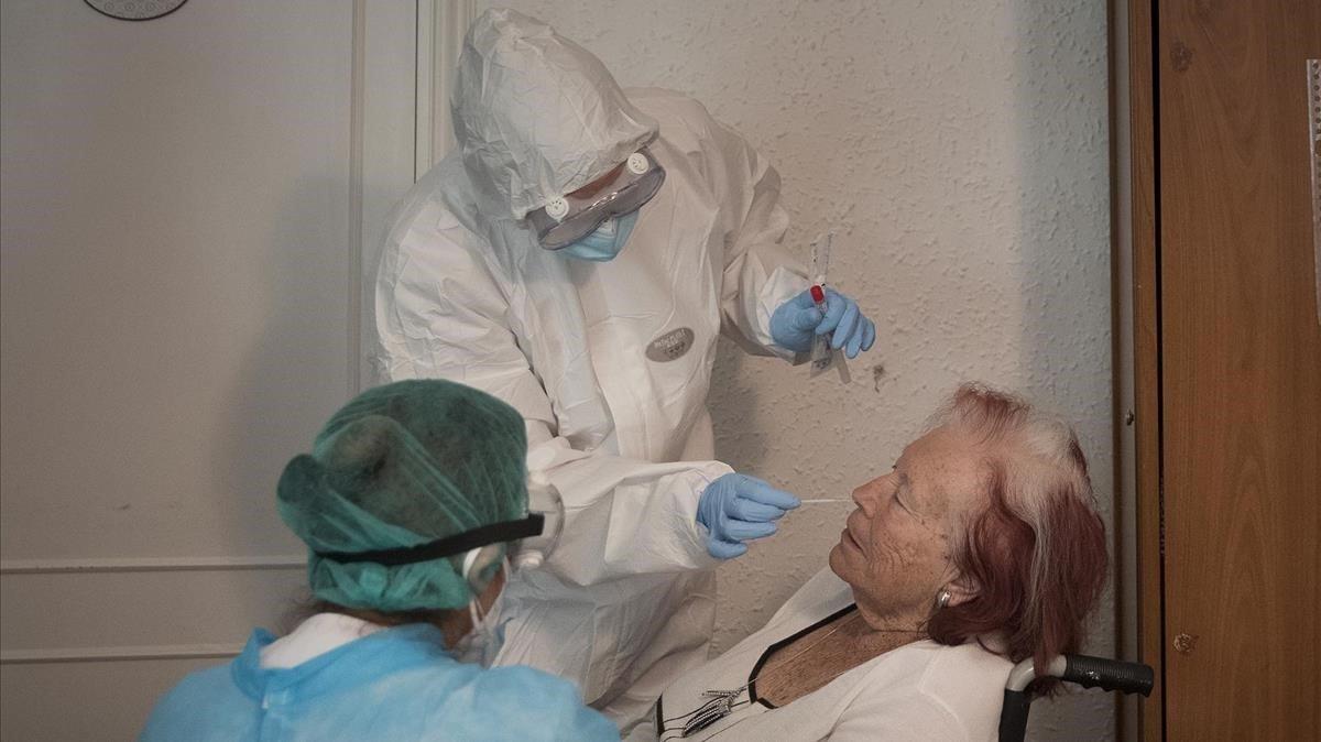 Realizan test PCR a personas mayores, en la residencia geriatrica La Pau, el pasado 14 de mayo.