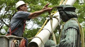 Un operario retira una estatua de Cristóbal Colón delparque de Wooster Square de New Haven, en Connecticut, el 25 de junio.