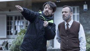 Oriol Paulo y Javier Gutiérrez, en el rodaje de 'Durante la tormenta'