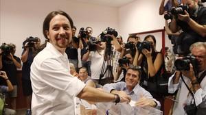 Pablo Iglesias vota en el IES Tirso de Molina, en Madrid.