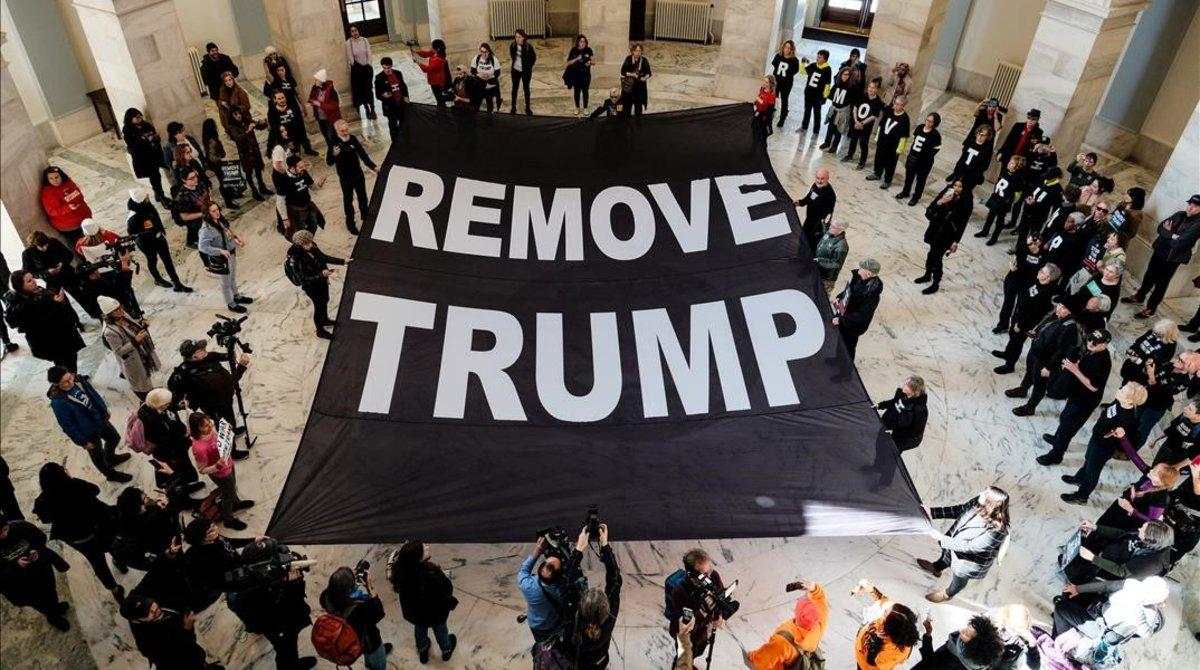 Pancarta a favor de la destitución de Trump durante una protesta en el Senado.