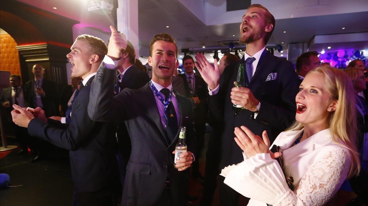 Militantes del partido de extrema derecha Demócratas Sueco celebran los resultados electorales.