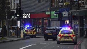 Patrullas policiales acordonan el lugar del atentado en el barrio londinense deStreatham.