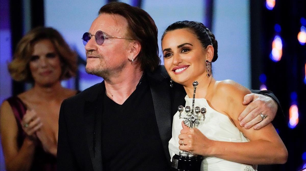 Penélope Cruz con Bono, que le ha entregado el premio Donostia.