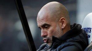 Pep Guardiola hace una mueca, ayer, en el banquillo del Manchester City.