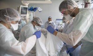 Personal sanitario atiende a un paciente con covid-19 en un hospital de Estrasburgo.