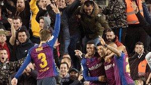 Piqué acude a felicitar a Arturo Vidal enseñando los cinco goles al Madrid.