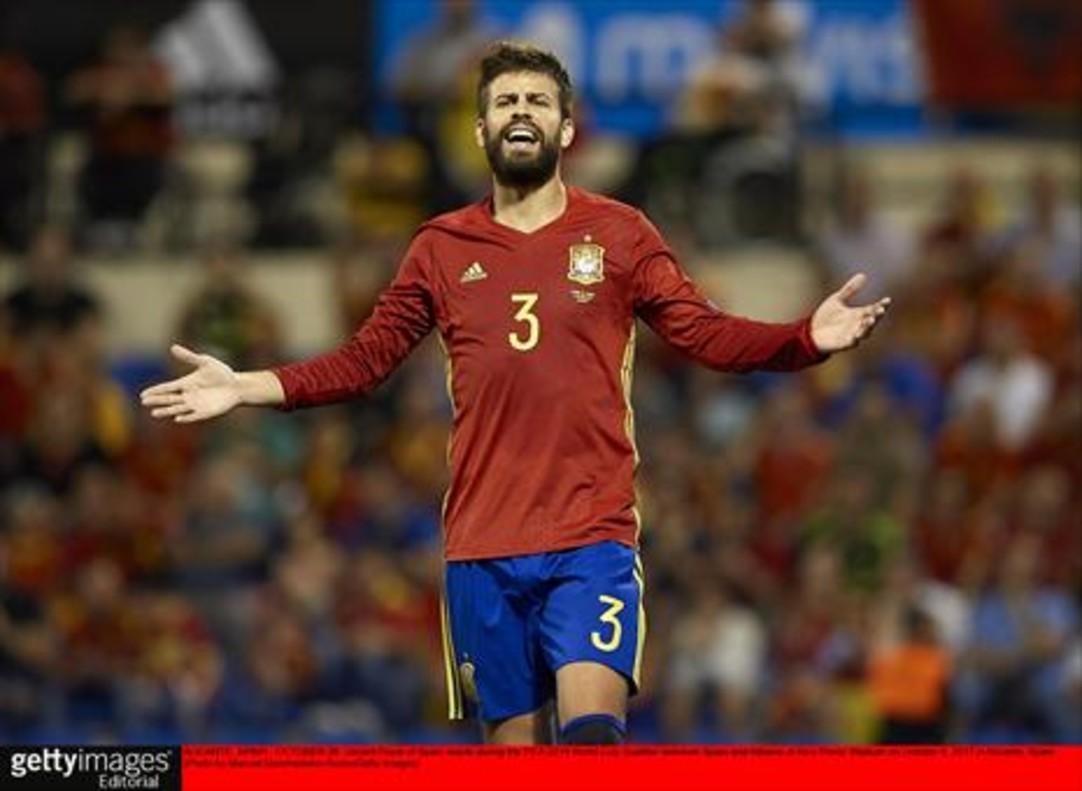 Piqué se queja al árbitro durante el partido contra Albania.