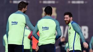 Piqué, Suárez y Messi, en el último entrenamiento previo al viaje a Riazor.