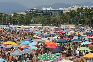 La platja de Llevant de Salou, abarrotada de banyistes que van aprofitar el bon temps d'ahir.