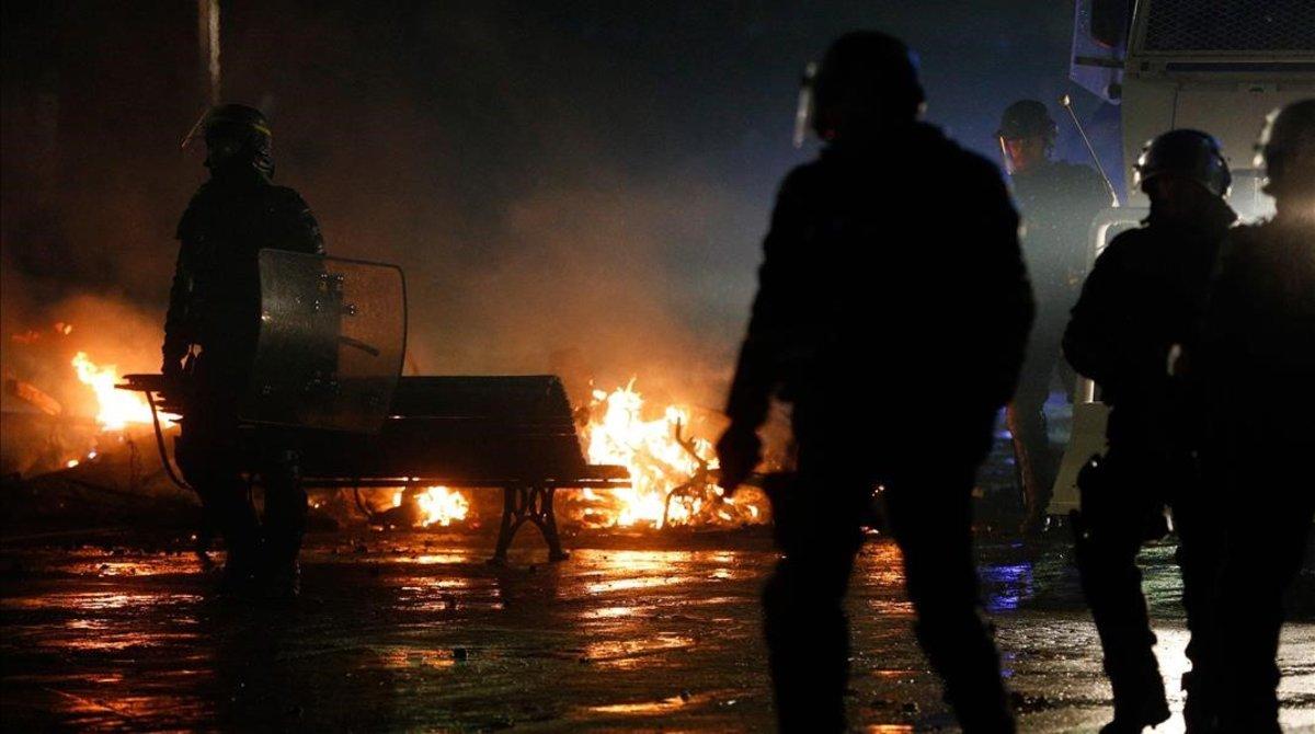 Policías antidisturbios frente a una barricada en llamas enParís.