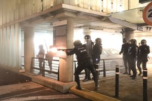Policías, durante una carga en el aeropuerto de El Prat.