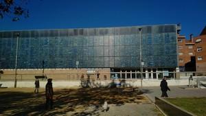 La Biblioteca Pompeu Fabra de Mataró, situada a la plaça Occitània del barride Peramàs-Esmandies, que fa vint anys aquest 2017.